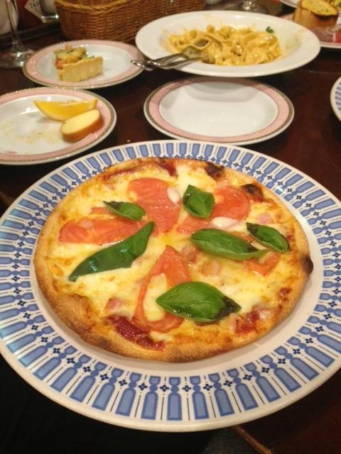 フレッシュトマトとモツァレラのピザ