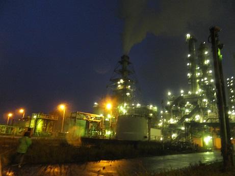 夜の工場内3