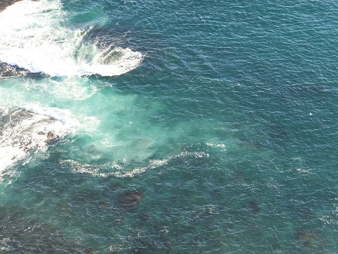 灯台下の海
