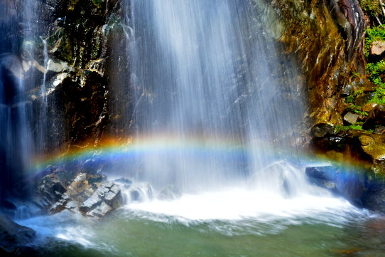 虹かかる高森不動滝
