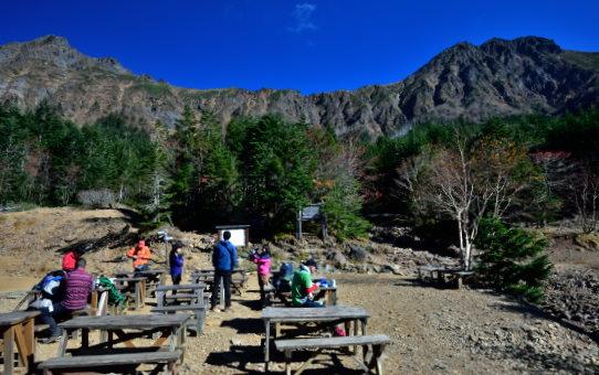 行者小屋の前で休む登山者