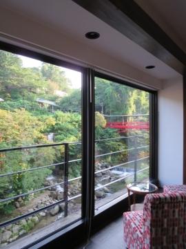 赤い橋の先が露天風呂。広い館内です