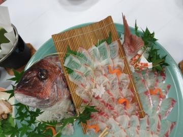 鯛の活きづくりを別注したようです(箸がついてしまった写真ですが…)