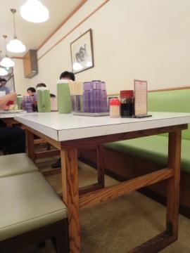 一瞬だけ空いたテーブル席