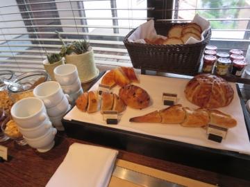 パンのコーナー、横にトースターあり