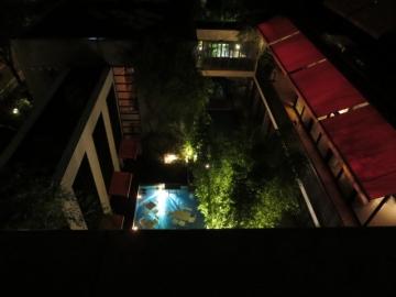 客室バルコニーから深夜の中庭