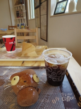 イートインで、くろねこちゃん150円とアイスコーヒー100円