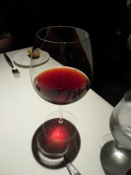 肉料理に合わせてグラスの赤
