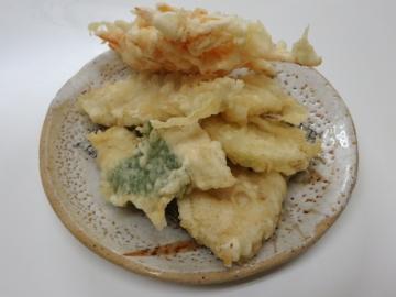 天ぷら裏からの写真。人参の掻き揚げ、キス、白身魚、ささみ、玉葱