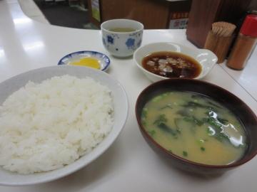 ご飯、味噌汁、漬物、大根おろし入り天つゆ。これで、天ぷら待ち