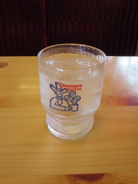 お冷のグラスもロゴ入り