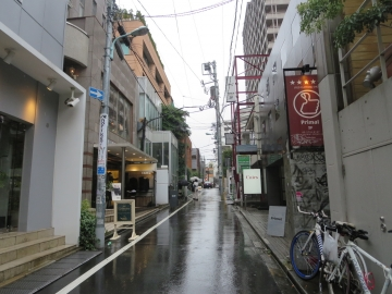 前の通り。雨でした