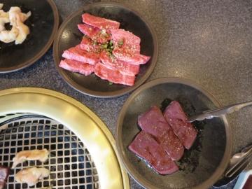 焼肉中。小腸、カルビ、レバー・カルビよりステーキが旨い、レバーは甘い