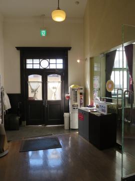 建物内から入口を見て。右のガラスドア内は事務室と物販。建物内土足です