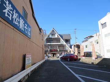 店横に駐車場、正面の店舗「赤提灯」と共同で区分