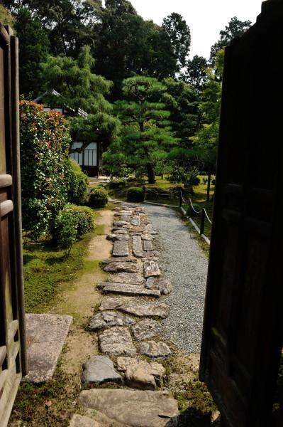 入口から続く飛び石