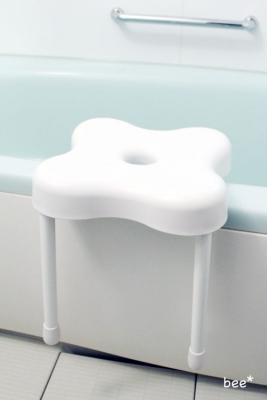 椅子は浴槽の縁にひっかけて収納