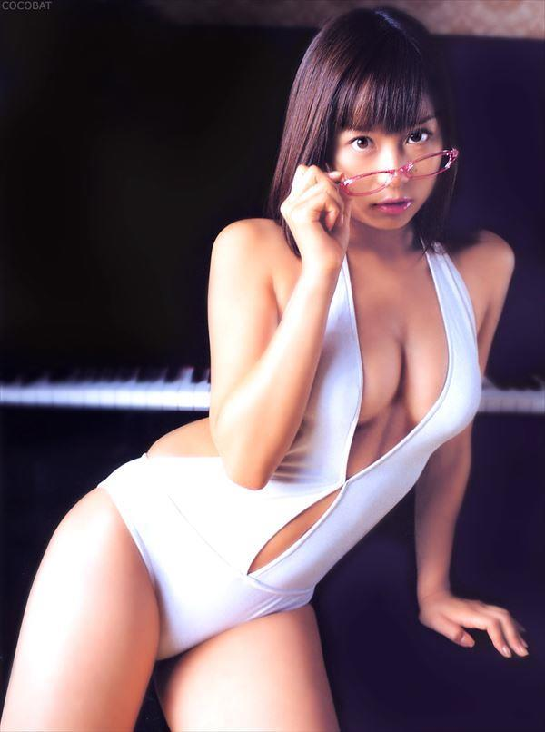 【エロ画像】ワンピース水着だと男の視線を意識したポーズをとってる娘が多い事実を検証しよう パート3