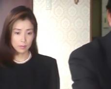 かつての上司の葬儀に出席している凜子
