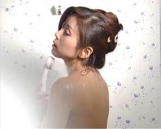 シャワーを浴びている凛子