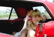車の中で若い女の体にしやぶりつく男