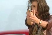 再び、銃を構える玲子