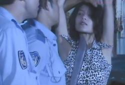偽警察官に吊るされている玲子