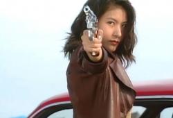 拳銃を構える玲子