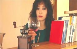 赤ワインのグラスを置く愛人の女
