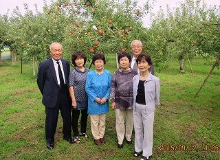リンゴ園に集う