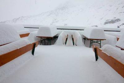 12009703_1728260434063717_Zillertalerアルペン(2388メートル)で積雪50センチ