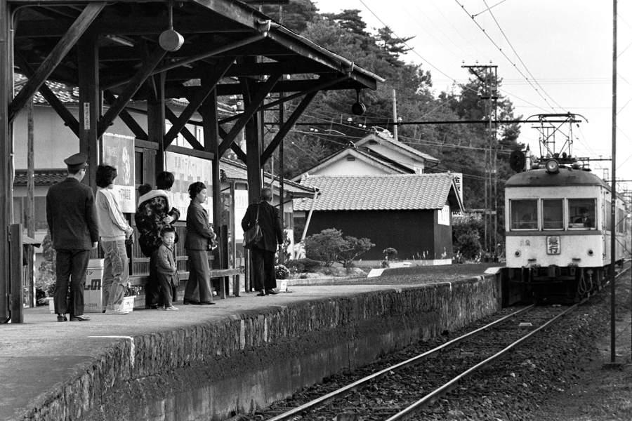 _3059一畑電鉄 津ノ森駅のホーム1 1981年11月4日 原版 take1b2