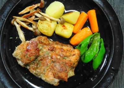 鶏モモ肉のロースト、たっぷりの野菜添え