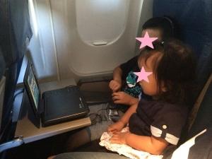 飛行機の中でDVD鑑賞中