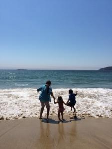 サンドビーチではしゃぐ息子