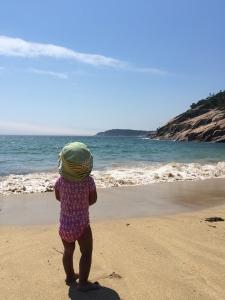 サンドビーチを眺める娘
