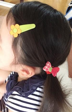 髪留め 幼児用ピンとリボン付きゴム付けた 横から
