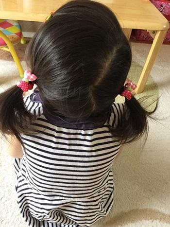 髪留め 幼児用ピンとリボン付きゴム付けた 後ろ姿