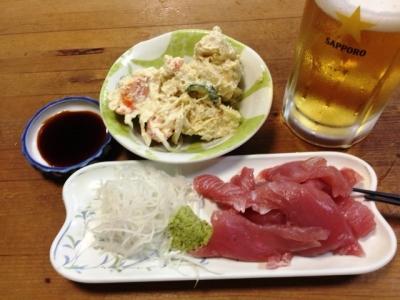 150728酒津屋マグロ刺410円、ポテサラ370円、生中410円
