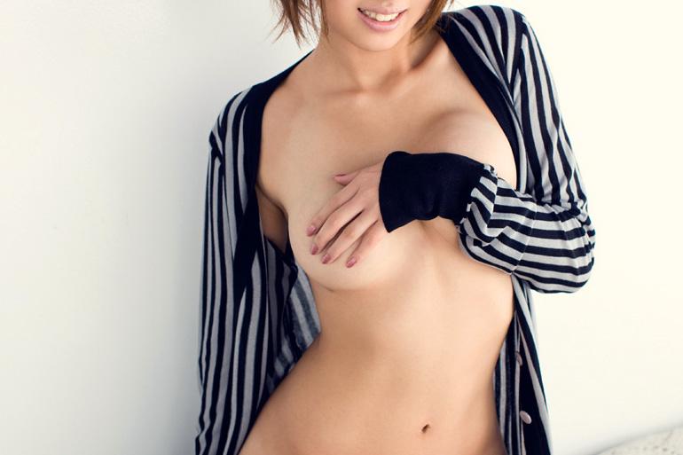 乳首を上手に隠した…手ブラ画像