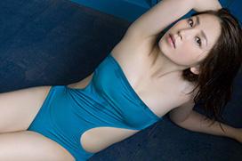 吉川友(23)のカラダにぴったりフィットした青い水着がイヤラシい。画像×22