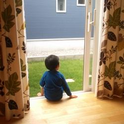 芝の窓辺で朝食を