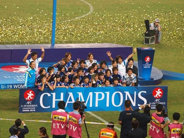 2大会ぶり4回目の優勝を飾った、ヤングなでしこ=U-19日本女子代表。決勝は、PK戦までもつれる死闘の末、北朝鮮を破った。