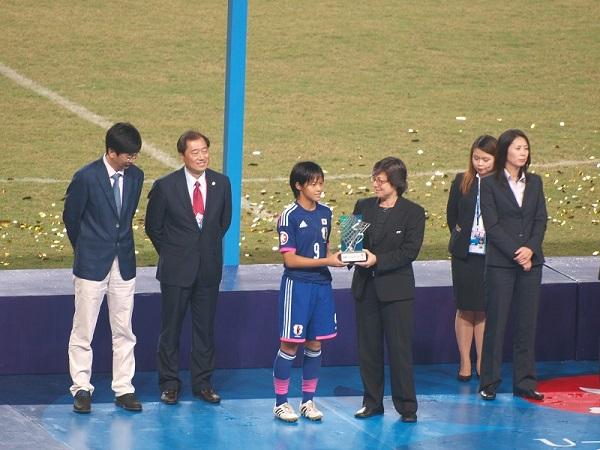 4得点の小林里歌子は大会MVPを獲得。高校女子サッカー組だが「うまい選手たちとプレーできて嬉しい」。