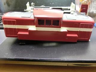 塗装作業が終盤に入ったディーゼル機関車(ボディー)④