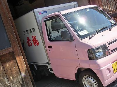 赤福はピンク色の車