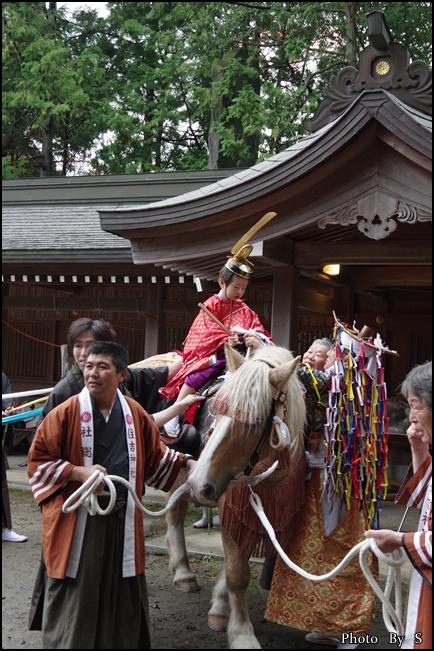 勅使が馬に乗りこむ