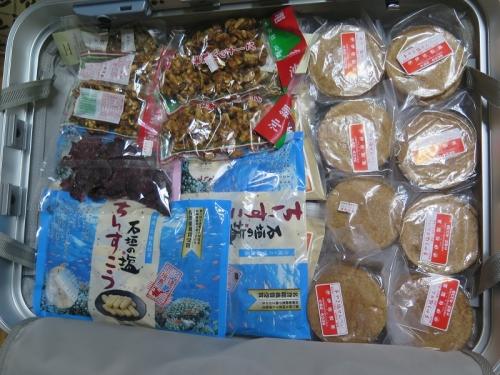 沖縄のお土産がいっぱいのバッグ
