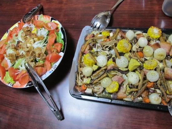 厚切りベーコンと野菜のオーブン焼き、サラダ