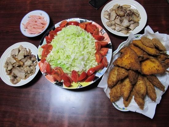白身魚とアジのフライ、豚バラ塩コショウ焼き、キャベツ千切りとフルーツトマト